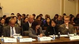 Một nạn nhân của nạn buôn người, cô Vũ Phương Anh (thứ nhì từ bên phải), phát biểu trong một cuộc điều trần trước tiểu ban nhân quyền của Ủy ban đối ngoại Hạ-viện Hoa Kỳ, ngày 24/1/2012.
