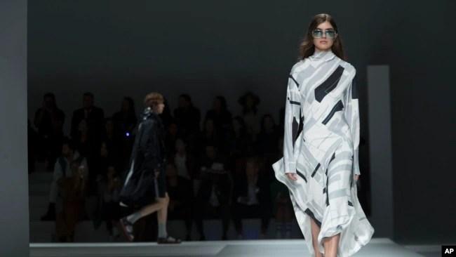 资料照片:纽约时装周上展示的雨果博斯2019年春季时装(2018年9月9日)