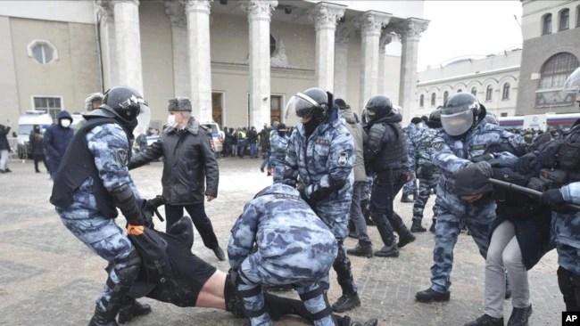 1月31日, 警察在莫斯科逮捕抗议当局拘押反对派领袖纳瓦尔尼的示威者。