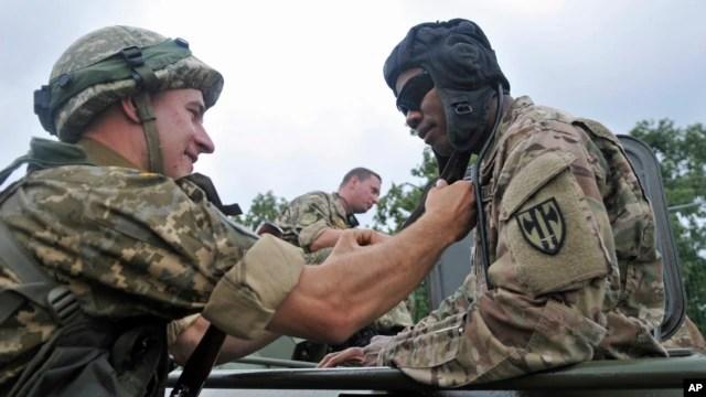 Binh lính Mỹ và Ukraina nói chuyện trong buổi lễ khai mạc cuộc diễn tập Rapid Trident ngày 20/7/2015.