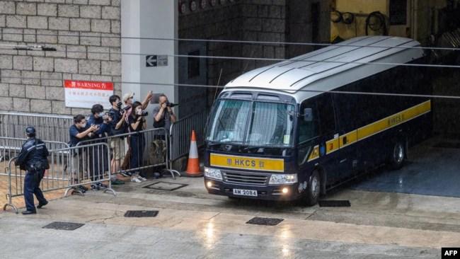 香港首位被控违反国安法的唐英杰(Tong Ying-kit)乘坐监狱车辆离开高等法院。(2021年6月23日)