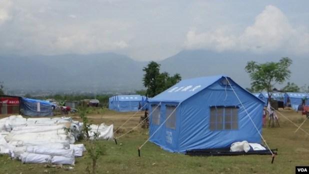 Tenda-tenda untuk para pengungsi sumbangan pemerintah China dan Swiss di lokasi pengungsian desa Ngata Baru, Palu, Sulawesi Tengah (Foto: VOA/Yoanes).