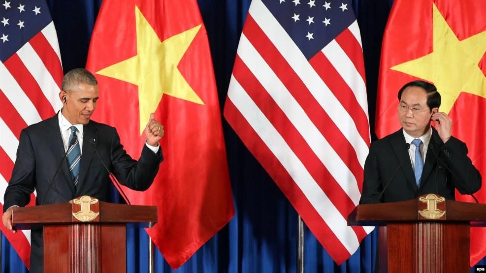 Chủ tịch nước Việt Nam Trần Đại Quang (phải) và Tổng thống Hoa Kỳ Barack Obama (trái) phát biểu trong một cuộc họp báo tại Trung tâm Hội nghị Quốc tế ở Hà Nội, ngày 23 tháng 5 năm 2016.