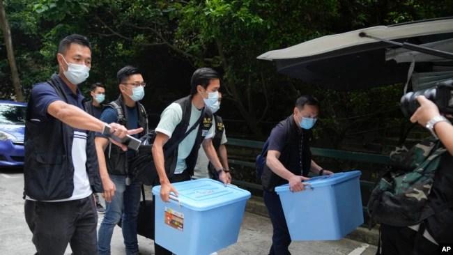 香港警察突袭搜查港大学生会办公室,查抄了数箱文件。(2021年7月16日)
