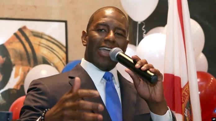 Andrew Gillum se dirige a sus seguidores demócratas tras ganar las primarias del Partido Demócrarta para gobernador en el estado de Florida el martes, 28 de agosto de 2018, en Tallhassee, Florida.
