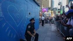 Ein New Yorker Polizist kniet während einer Demonstration auf dem Times Square nach dem Tod von George Floyd während seiner Verhaftung durch einen Polizisten aus Minneapolis am 31. Mai 2020 in New York auf dem Boden.
