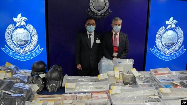 香港警务处国安处高级警司李桂华(左)与其他资深爆破专家警员在新闻发布会上展示爆炸案的证据。(2021年7月6日)