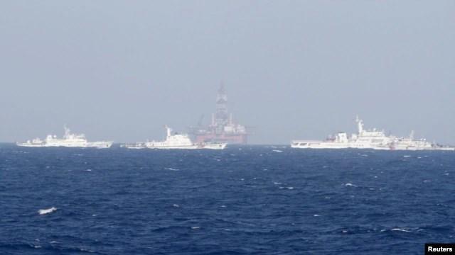 Các tàu tuần duyên Trung Quốc vây quanh giàn khoan Hải Dương 981 ở Biển Đông, cách bờ biển Việt Nam 210km.