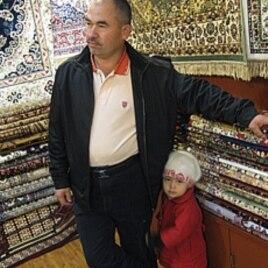 大巴扎里卖地毯的维族老板