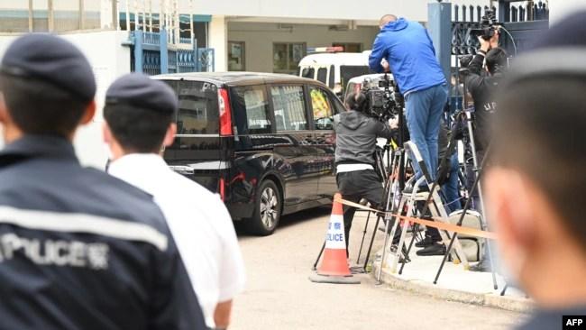 """一辆据称载有""""12港人案""""成员的面包车从边境抵达香港天水围警局。(2021年3月22日)"""