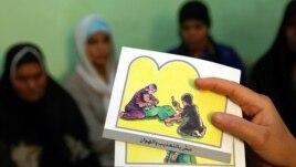 Một nhà tư vấn giáo dục phụ nữ về thủ tục cắt xẻo bộ phận sinh dục ngoài của phụ nữ, FGM