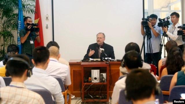 Báo cáo viên Ðặc biệt của Liên Hiệp Quốc về  tự do tôn giáo Heiner Bielefeldt phát biểu trong một cuộc họp báo tại Hà Nội.