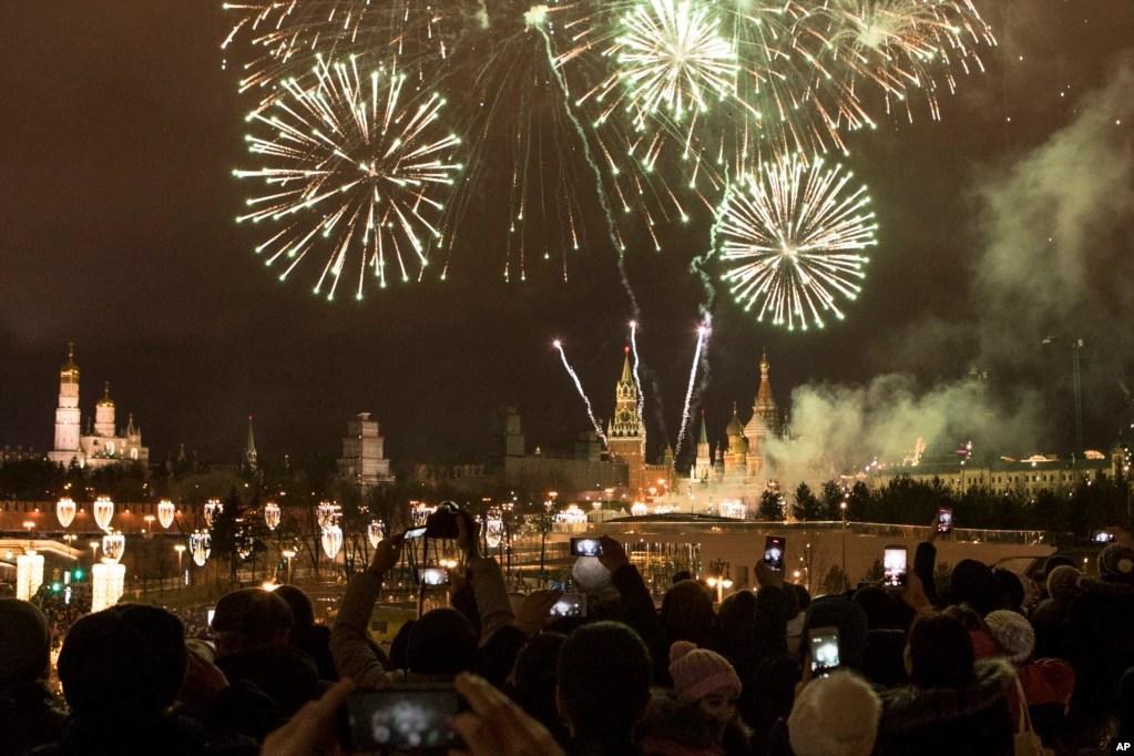 روس کے شہر ماسکو میں واقع روسی حکومت کے مرکز کریملن پر سالِ نو کے آغاز کے موقع پر آتش بازی کا شاندار مظاہرہ ہوا۔ روس میں نئے سال کے پہلے دن تعطیل ہوتی ہے اور اس روز لوگ ایک دوسرے کے تحائف دیتے ہیں۔