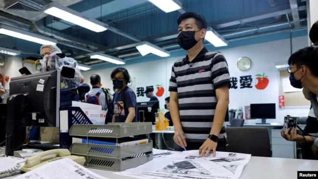 6月23日,《苹果日报》执行总编林文宗在为最后一版《苹果日报》进行修改工作。