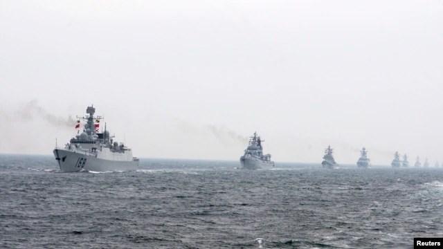 Tàu chiến của hải quân Trung Quốc tham gia một cuộc thao dượt ngoài khơi Thanh Ðảo, tỉnh Sơn Ðông.