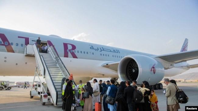 资料照:阿富汗人乘喀布尔航空公司的班机离开喀布尔。2021年9月19日