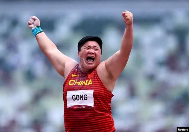 中国铅球女运动员巩立姣在东京奥运会赛场上。(2021年8月1日)