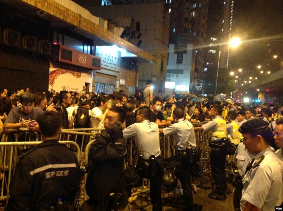 8点半左右,示威者手举雨伞再次冲击警方防线,警方则狂喷辣椒喷剂还击。警方调派大批警员增援,并将配备防暴头盔的警员派至一线与示威者对峙。警方不断呼吁示威者保持冷静,不要冲击警方防线,要求示威者尽快离开。