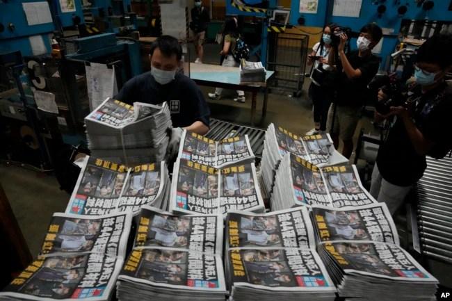 香港工人在印刷厂准备运送星期五上市的《苹果日报》。(2021年6月18日)