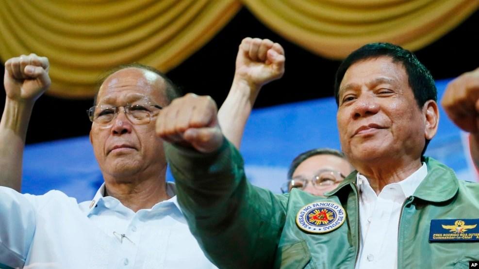 Tổng thống Philippines Rodrigo Duterte (phải) và Bộ trưởng quốc phòng Delfin Lorenzana (trái).