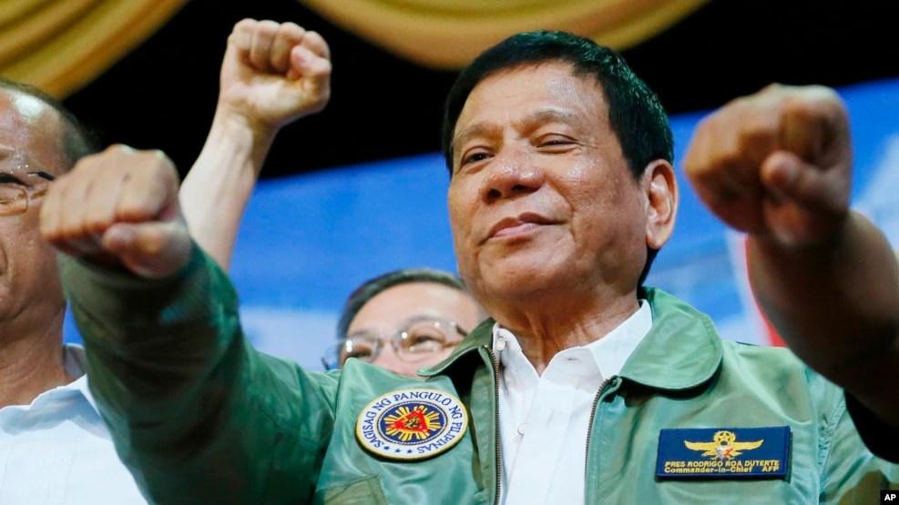 Tổng thống Rodrigo Duterte đang chuyển hướng chính sách ngoại giao về phía lập trường dân tộc nhiều hơn, đánh dấu một sự chuyển hướng so với các nhà lãnh đạo gần đây của Philippines.