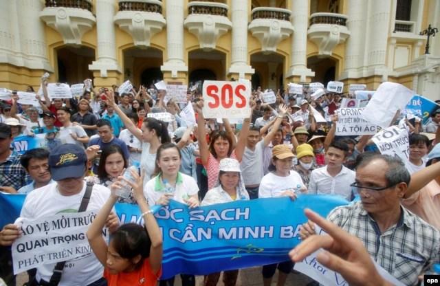 Người dân ở Hà Nội xuống đường phản đối công ty Đài Loan Formosa Plastic thải chất độc ra biển làm cá chết hàng loạt tại các tỉnh miền Trung.