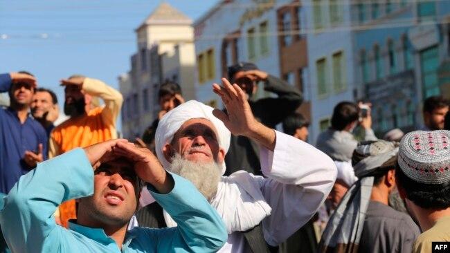 塔利班在阿富汗西部城市赫拉特挂尸示众,引发市民观望(2021年9月25日)