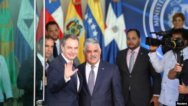 Ansyen Premye Minis espayòl José Luis Rodriguez Zapatero ak chanselye dominiken an, Miguel Vargas, ki t ap salye laprès anvan yo te abitre negosyasyon delegasyon gouvènman Maduro a ak opozisyon an ta pral fè nan Santo Domingo, nan dat 29 janvye 2018 la.