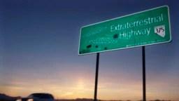 Archivo - En esta foto del 10 de abril de 2002, un vehículo se desplaza por la Carretera Extraterrestre, cerca de Rachel, Nevada, la población más cercana al Área 51.