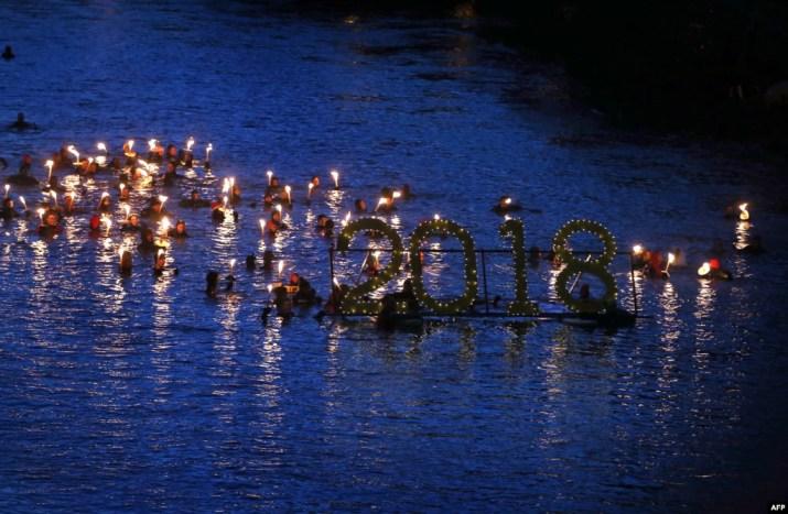 Almanya'nın Fuessen kentinde geleneksel yeni yıl kutlaması için Lech Nehri'ne giren girenler