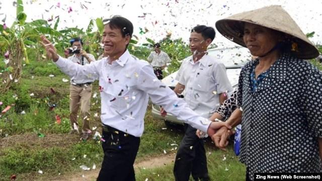 Ông Đoàn Văn Vươn được hàng xóm láng giềng và người thân ở Hải Phòng đón chào như người hùng sau khi được đặc xá trở về ngày 31/8.