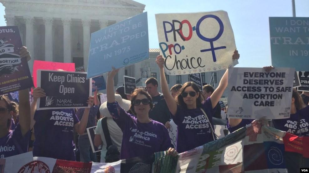 """Những người biểu tình giơ tấm bảng """"Pro-choice"""" sau khi Tòa án Tối cao Hoa Kỳ quyết định duy trì quyền phá thai dựa trên tỷ lệ biểu quyết 5-3 tại phía trước Tòa án Tối cao ở thủ đô Washington, ngày 27 tháng 6 năm 2016."""