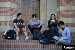 Sejumlah pelajar Universitas California Los Angeles (UCLA) sedang bersantai di kampus UCLA, California, 15 November 2019. (Foto: Reuters)
