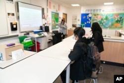 Suasana di sebuah kelas di Manchester, Inggris, 8 Maret 2021.