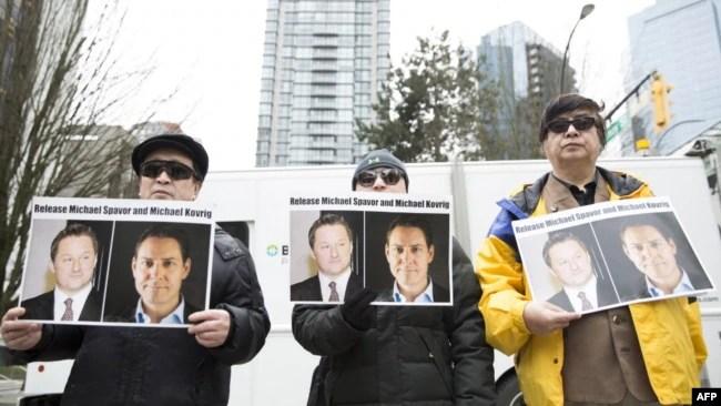 加拿大民众2019年3月6日在温哥华法院外呼吁中国释放被拘押的两名加拿大公民。(2019年3月6日)