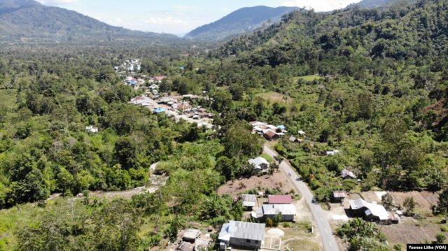 Permukiman penduduk di dusun Dongi-dongi, di Kabupaten Poso. Wilayah seluas 1.531 hektar yang telah dilepaskan dari Taman Nasional Lore Lindu menjadi Areal Penggunaan Lain (APL) pada 2014, dimanfaatkan masyarakat setempat sebagai lahan perkebunan kakao,