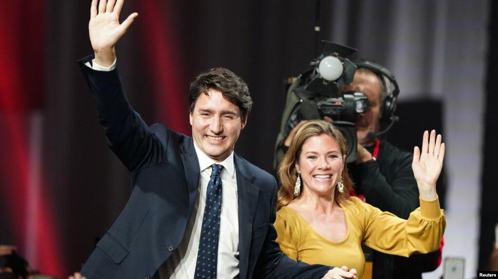 Nhà lãnh đạo của Đảng Tự do và Thủ tướng Canada Justin Trudeau cùng vợ Sophie Gregoire Trudeau vẫy tay chào những người ủng hộ tại trung tâm hội nghị Palais des Congres ở Montreal, Quebec, hôm hôm 22/10.