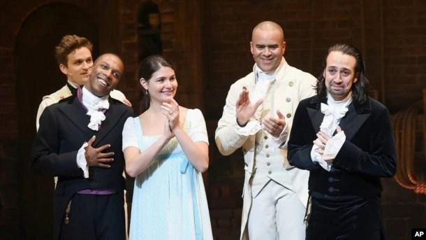 """Lin-Manuel Miranda responde a los aplausos del público en su última presentación como parte del elenco de """"Hamilton"""" en Broadway."""