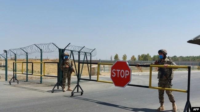资料照片:乌兹别克斯坦军人守卫在乌兹别克斯坦与阿富汗边界的一个哨卡。(2021年8月15日)