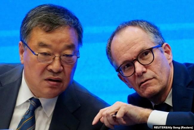China, Wuhan, Peter Ben Embarek, anggota Organisasi Kesehatan Dunia dan Liang Wannian, kepala panel pakar respons COVID-19 di Komisi Kesehatan Nasional China, 9 Februari 2021.
