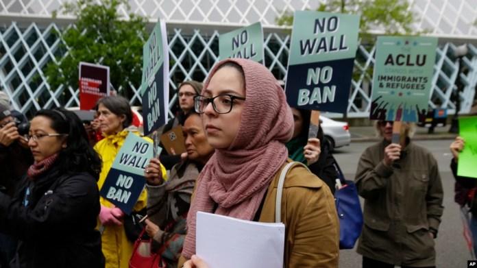 Isra Ayesh (centro) de Seattle, director de organización de Americans for Refugees and immigrants durante una protesta contra la revisada orden del presidente Donald Trump que prohíbe el ingreso al país de una mayoría de refugiados de todo el mundo. Mayo 15, 2017.