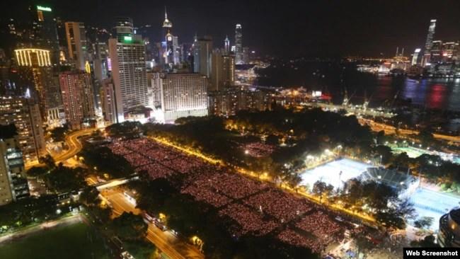 资料照:2016年6月4日十多万港人悼念六四,烛光点亮维多利亚公园。