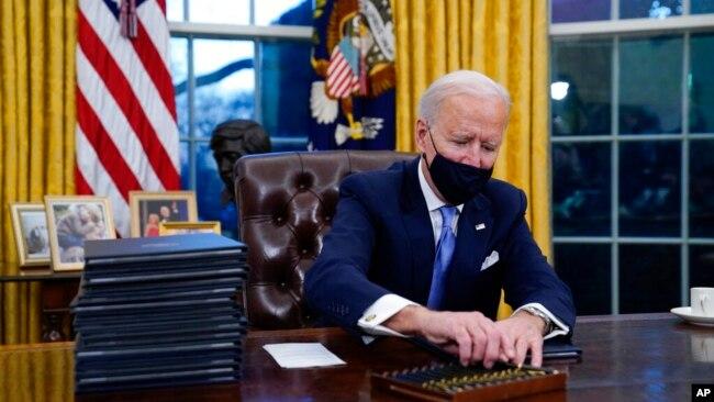 资料照片:拜登总统在白宫签署他就任后的第一个行政命令。(2021年1月20日)
