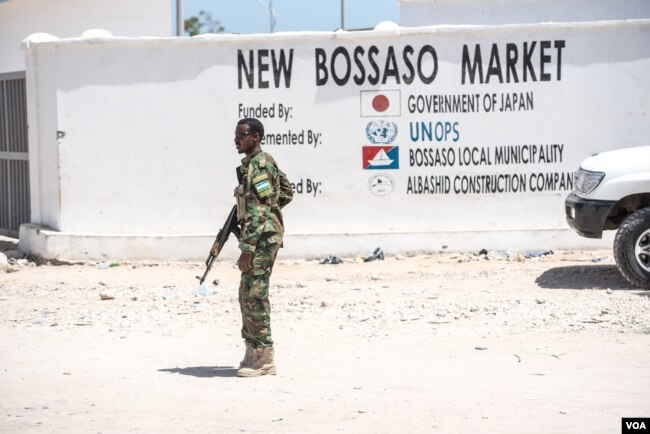 A soldier for the semi-autonomous Somali state of Puntland stands guard near a newly-built market across from police headquarters in Bossaso, Somalia, March 24, 2018. (J. Patinkin/VOA)