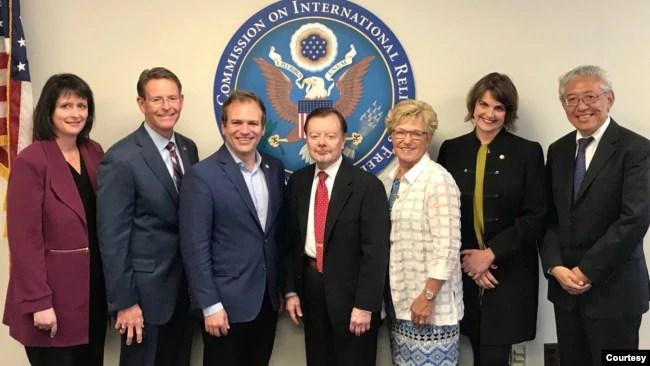 美国国际宗教自由委员会(USCIRF)的成员。左二为该委员会的副主席伯金斯,左五为主席曼钦。(照片来自该委员会。)