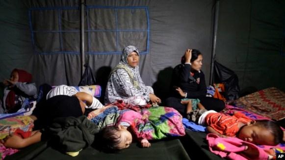 Suepervivientes del tsunami se refugian en un albergue temporal en Tanjung Lesung, Indonesia, el 23 de diciembre del 2018.