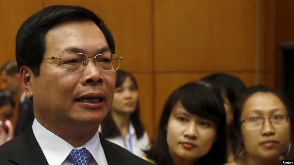 Bộ trưởng Bộ Công thương Vũ Huy Hoàng nói chuyện với các phóng viên sau một cuộc họp báo ở Hà Nội, 4/8/2015.