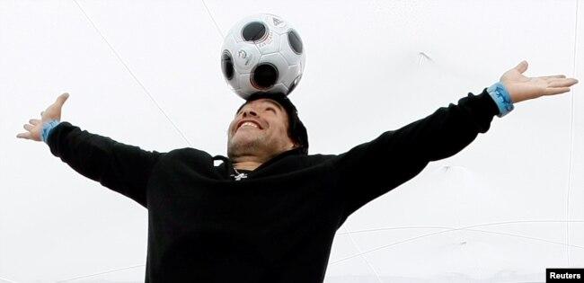 "Diego Maradona ketika mempromosikan film tentang dirinya ""Maradona by Kusturica"" yang disutradari oleh sutradara Serbia Emir Kusturica di Festival Film Cannes ke-61, 20 Mei 2008."