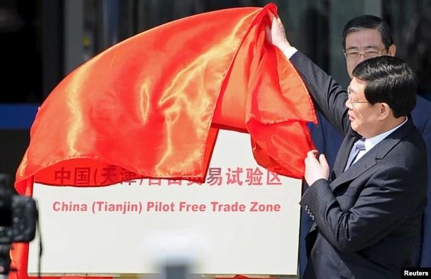 中共天津市代理书记兼市长黄兴国在中国(天津)自由贸易试验区揭幕仪式上(2015年4月21日)
