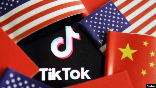 在中国和美国旗帜中的TikTok标识